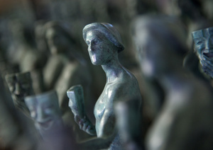el actor la iconica estatuilla de los sag awards